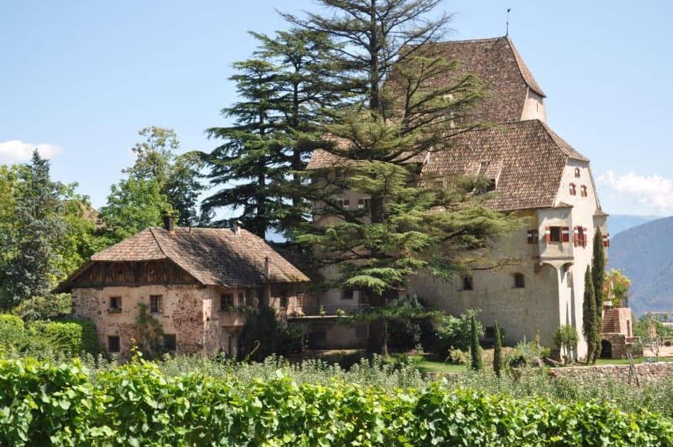 Das Schloss Englar mitten im Weinberg an der Südtiroler Weinstraße
