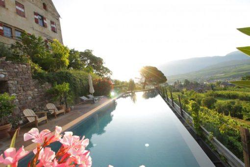 Das Schlosshotel Englar mit modernen Pool inmitten des Weinbergs - Club Winery