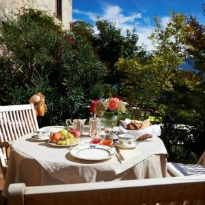 Frühstücken auf der Schlossterrasse auf Schloss Englar - Club Winery Südtirol