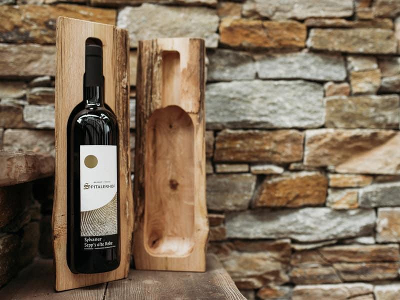 Weingeschenk - Flasche im Holzstamm